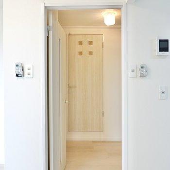 脱衣所は玄関側に出て正面。