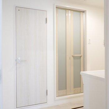 入ると目の前にトイレとお風呂のドアがあり……