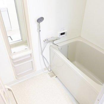 お風呂は既存の物ですが水栓とシャワーが新品に。さらに家族に嬉しい追い焚き付き!