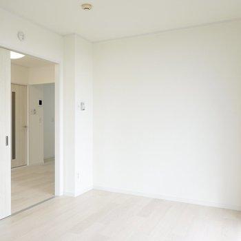 床も壁も真っ白なので、今持っている家具も合います。