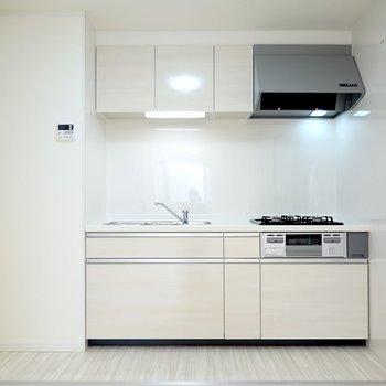 LDKの隅には新品のキッチンが……!キッチンに立てば、新築気分で料理に向かえるはず。