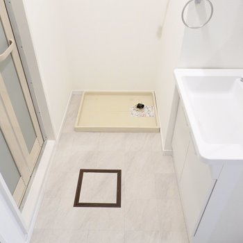 右側に洗濯機置場と洗面台があります。脱衣所もとても広め。