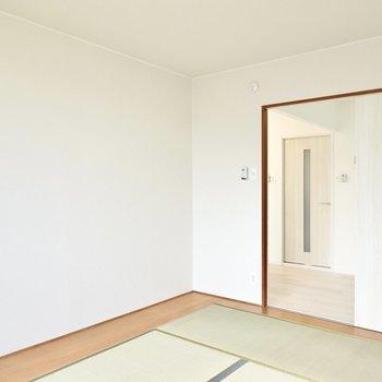 L字型の板張りの床には収納やランプを置くとモダンな雰囲気になりそう。