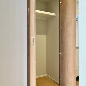 キッチン側の収納スペース。掃除機など家電を収納してみては。