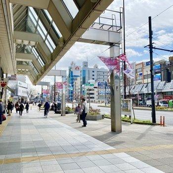 駅近くの大通り。道中は飲食店が中心ですね。