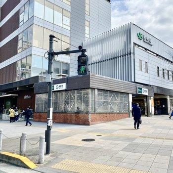 駅前。現代的な外観、商業施設と直結していてこちらでもお買い物できますね。