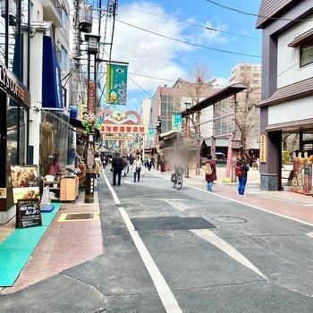 お部屋からすぐの商店街。お菓子屋さんやカフェが並んでいましたよ。