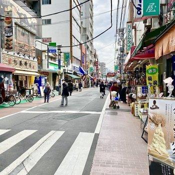 商店街を駅に向かって歩きます。いろんなお店が見えますね。