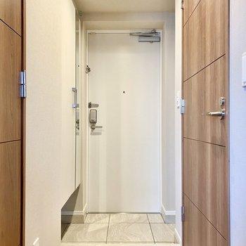 玄関。白と木目のコントラストが見事です。