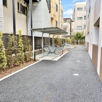 駐輪場(空き要確認)は建物裏手にあり、屋根付き。雨の日でも安心です。