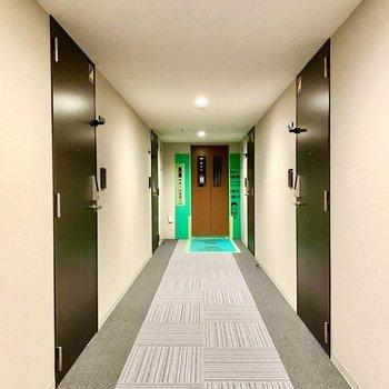 玄関前共用部。エレベーターに近い位置にあります。