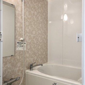 お風呂の壁が花柄になっていてかわいい。