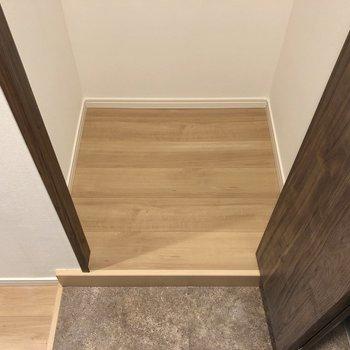 収納の床面。