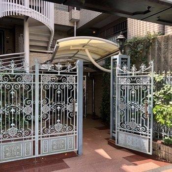 門のデザインがいいですね。