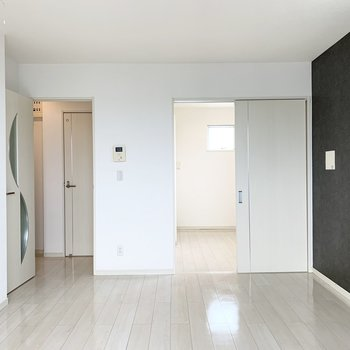 南側のドアは廊下と洋室に繋がっています。