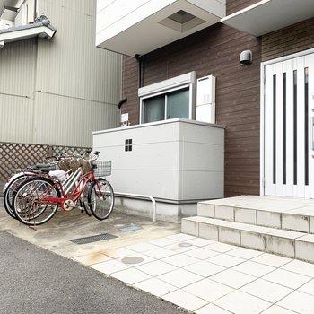 エントランスにはオートロック付。前には自転車置場も。