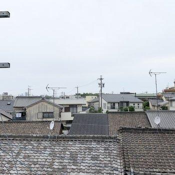 眺望はご近所様の屋根と、