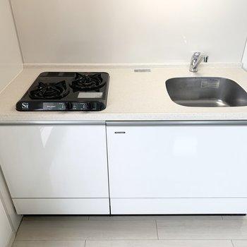 2口ガスコンロのシンプルなシステムキッチン。