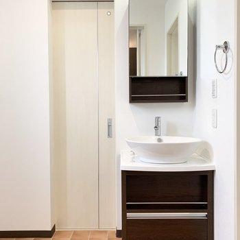 お風呂の対面に洗面所。丸いボウルがかわいいですね。もうひとつドアが……?