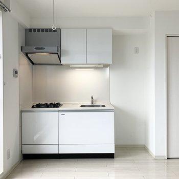 キッチンは窓際に。冷蔵庫置場もしっかりお隣に配置されています。
