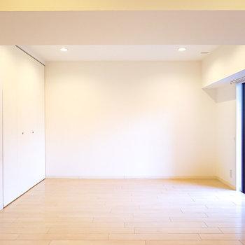 壁際にはポスターを飾ったり、オープンシェルフにオブジェや器を飾ってアートにも触れられる空間に。