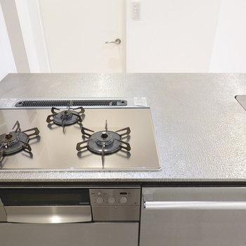 シンクの左には調理スペースもしっかりと。ガスコンロなので火力も心配ありませんね。