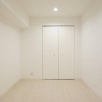 約6.7帖の洋室は、ホテルのような雰囲気。暮らしに合わせて部屋の使い方を分けられます。