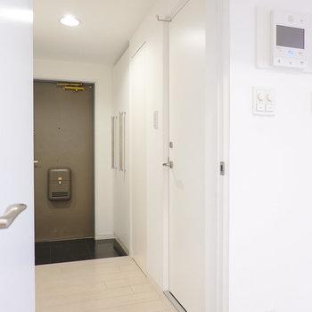 トイレは玄関スペースに出て右手に。
