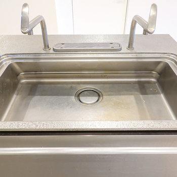 シンクには蛇口が2つもあるので、片方は調理に、もう一方は洗い物にと使い分けができます。