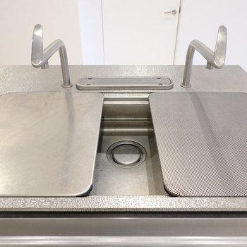 シンクボードも2種類ついています。シンク用まな板もあるので、料理が格段にしやすくなります。