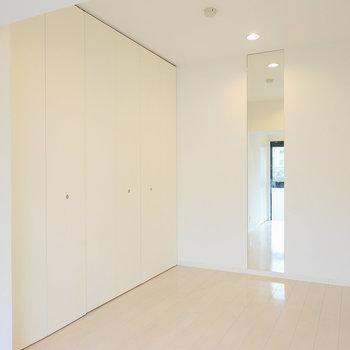 反対側にもクローゼット。壁に全身鏡があるので、その場でスタイリングが完結します。