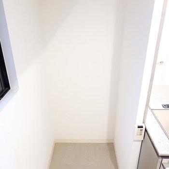 冷蔵庫置場はキッチンの左手に。キッチンに合わせて、ステンレスのモノを選びたいですね。