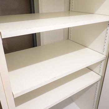 棚は1列に2足ほど入る大きさ。こちらも棚の高さは変えられるので、ブーツなども収納できます。