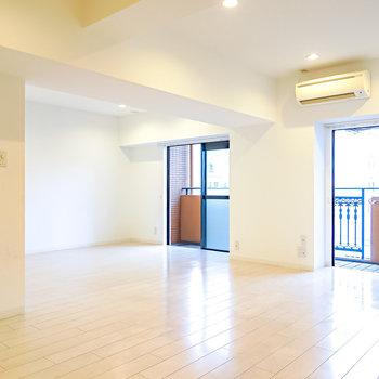 LDKは約18.3帖と広大。窓の間の壁には有機ELテレビを壁掛けしてお部屋のどこからでも映像を楽しめるように。