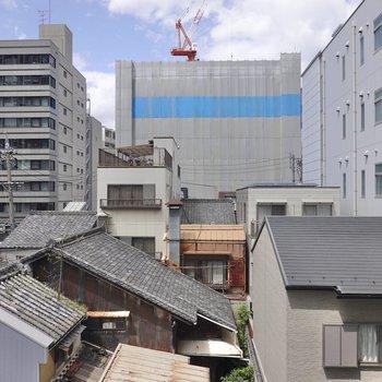 洋室とLDKの窓からの景色。都会ですが清々しさがあります。