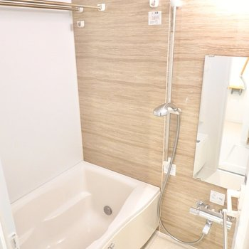 木目調が安らげるお風呂。追い焚きや浴室乾燥機も付いているんです。