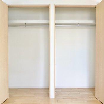 洋室にはクローゼットがふたつ。ハンガーパイプ付きで使いやすい。