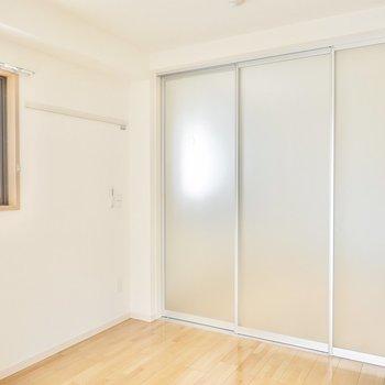 半透明の引き戸でLDKと仕切ればコンパクトな個室に。窓側の壁はピクチャーレール付き。