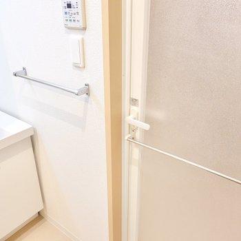 洗面台横とお風呂のドアにタオルバー。バスマットの乾燥にも使えます◎