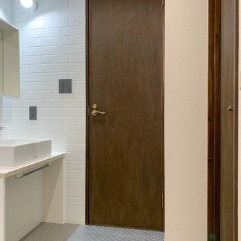 脱衣所の右、扉を開けると…