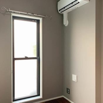 【ベッドルーム】こちらの部屋にもしっかりとエアコンがあります。
