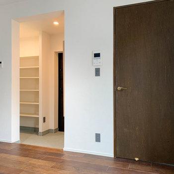 【LDK】逆側を。右の扉がベッドルームです。