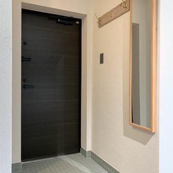 玄関部分へ。姿見やコート掛けも付いています。