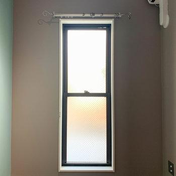 【ベッドルーム】換気用の小窓付き。