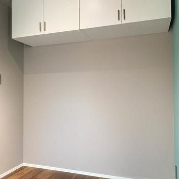 【ベッドルーム】向かい側、上部に棚。