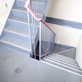 共用部】階段でのぼりおりします。