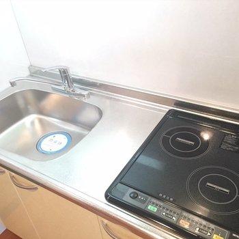キッチンはIH2口。(※写真は6階の同間取り別部屋のものです)