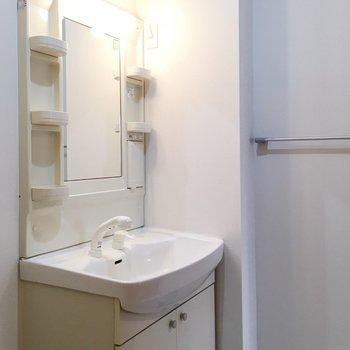 鏡にもしっかりライト。(※写真は6階の同間取り別部屋のものです)