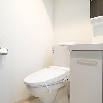 トイレ。上部に棚があります。(※写真は11階の同間取り別部屋のものです)
