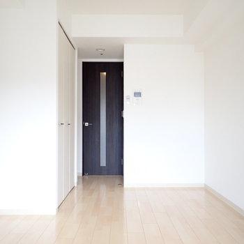 ドアがブラック。かっこよし。(※写真は11階の同間取り別部屋のものです)